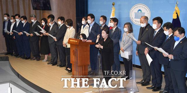 더불어민주당 한준호 의원(가운데)을 비롯한 19명의 초선의원들이 9일 오후 서울 여의도 국회에서 4.7 재보궐선거 참패와 관련한 공동입장문을 발표하고 있다. /국회=남윤호 기자