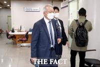 법정으로 들어서는 양승태 전 대법원장 [포토]