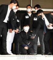 무릎 꿇고 마스크 벗은 김태현…