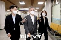 최강욱, '채널A 기자 명예훼손 혐의' 첫 공판 출석 [TF사진관]