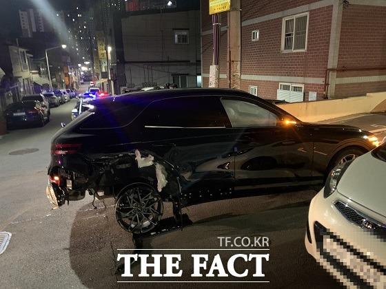 11일 새벽 술에 취해서 차를 운전하다가 차량 2대를 들이받고 뒷바퀴가 하나 빠진 채 도주한 20대 운전자가 경찰에 붙잡혔다. /부산경찰청 제공.