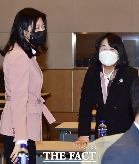 신현영 비대위원(왼쪽), 윤미향 의원이 참석하고 있다.