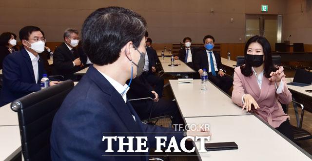 대화 나누는 신현영 의원(오른쪽)과 참석 의원들.