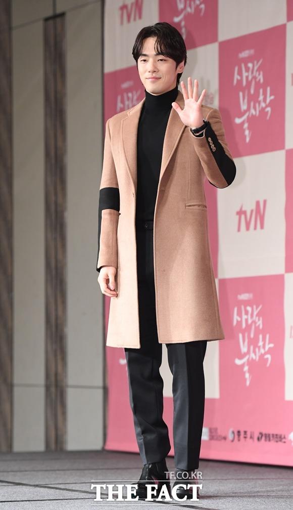 배우 김정현에 대한 논란이 계속되고 있다. 하지만 그는 논란에 대해 어떠한 입장도 밝히지 않고 있는 상황이다. /더팩트 DB