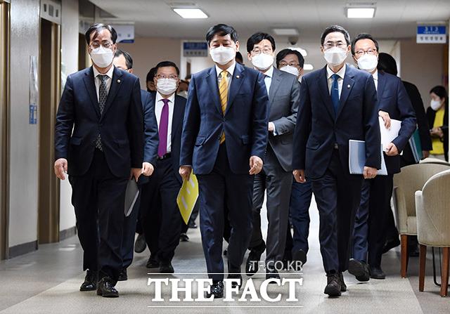 구윤철 국무조정실장이 13일 오전 서울 종로구 세종대로 정부서울청사에서 일본 정부의 후쿠시마 방사성 물질 오염수 배출과 관련해 정부입장을 발표하기 위해 이동하는 모습. /임영무 기자