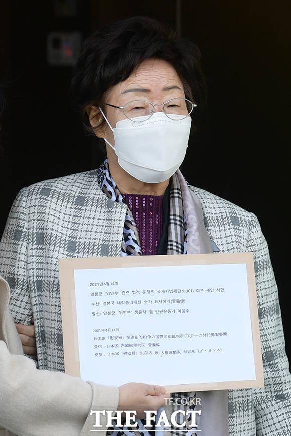 일본군 위안부 피해자 이용수 할머니가 14일 오전 서울 종로구 일본대사관에 일본군 위안부 문제의 국제사법재판소 회부를 촉구하는 서한을 스가 요시히데 일본 총리 측에 전달하기 위해 대사관으로 들어서고 있다. /남용희 기자