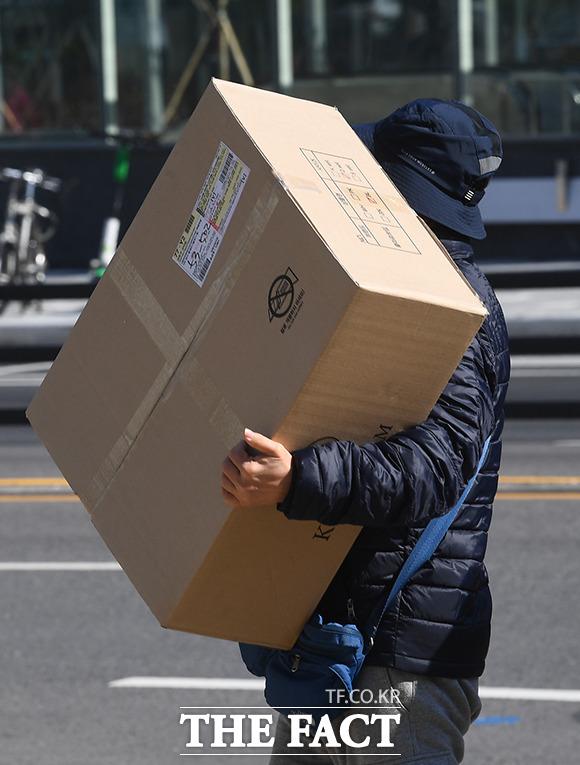 부피가 큰 택배물품을 직접 수령해 가는 입주민.