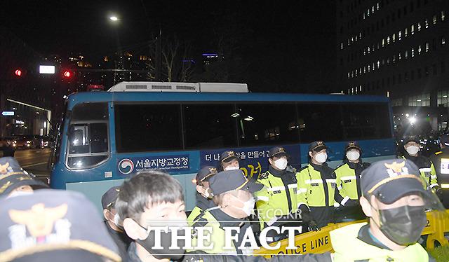 양모 장 모 씨가 탄 호송차가 법원을 빠져나가고 있다.