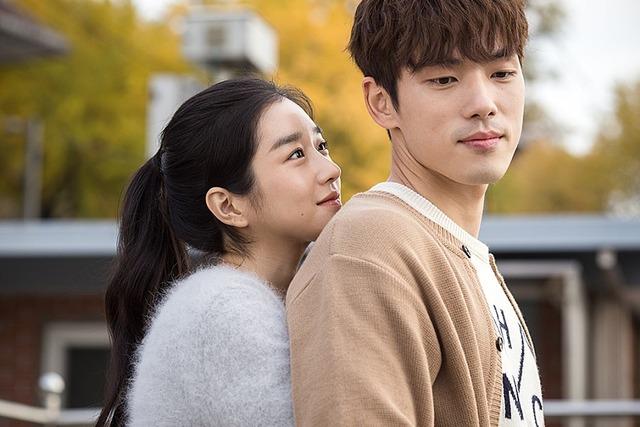 김정현과 서예지는 2018년 가상현실(VR) 영화 기억을 만나다에서 호흡을 맞추고 연인 사이로 발전했다. 사진은 기억을 만나다 스틸 컷. /바른손이엔에이 제공
