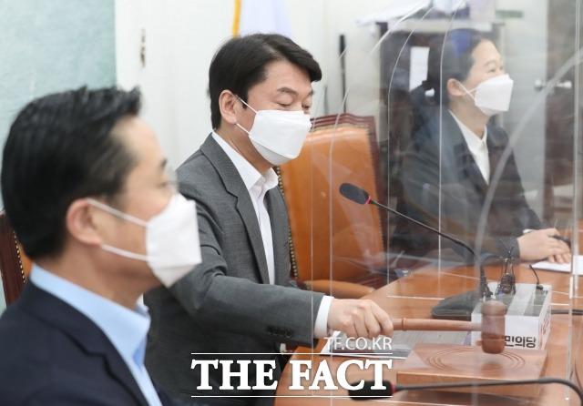 국민의당은 15일 대구를 시작으로 전당원에 통합 의사를 묻는 절차를 시작한다. 지난 12일 국회에서 열린 최고위원회의에 참석한 안철수 당대표(가운데). /남윤호 기자