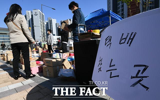 오후 시간에 접어들면서 많은 입주민들이 택배를 찾아가기 시작했다.