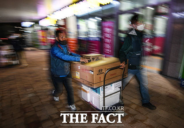 밤 9시가 지나자 상하기 쉬운 생물 택배는 직접 배송하기로 결정했다.