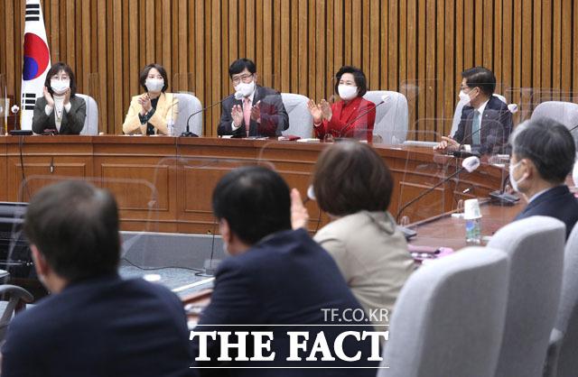 국민의힘 윤창현 의원(왼쪽 세 번째)을 비롯한 국민의힘 의원들이 14일 오후 서울 여의도 국회에서 당 초선의원 모임을 갖으며 4.7 재보궐선거 승리를 자축하는 박수를 치고 있다. /국회=남윤호 기자