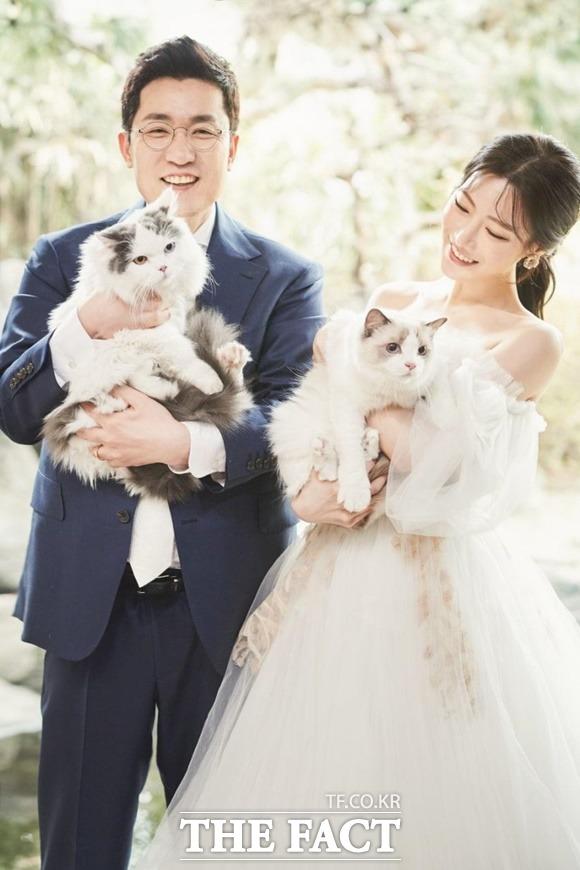 김상민 전 의원은 아내 이민하 씨의 영향을 받으며 애묘인이 됐다. 두 사람이 반졸업하고 광고성우로 활동하는 11살 연하의 이민하 씨와 웨딩마치를 울렸다. /김상민 이롬 대표 SNS 갈무리