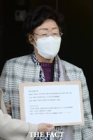 위안부 항의서한 들고 일본대사관 찾은 이용수 할머니 [TF사진관]