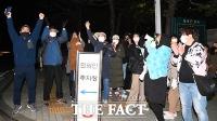 정인이 양모 사형 구형에 환호하는 시민들 [포토]