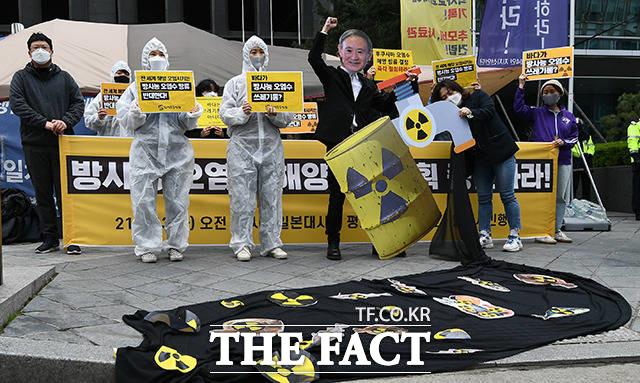 13일 서울 종로구 옛 일본대사관 앞에서 일본의 후쿠시마 방사성 오염수 방류 결정을 규탄하는 기자회견이 열린 가운데 환경단체회원들이 일본 스가총리를 규탄하는 퍼포먼스를 진행하고 있다. /이동률 기자