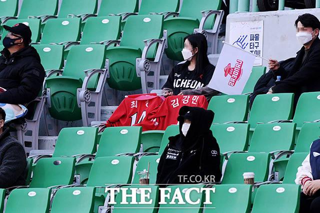 SSG 응원석에도 눈길끄는 최정, 김강민 붉은색 유니폼