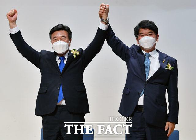제2기 더불어민주당 원내대표 선출 의원총회에서 승리한 윤호중 후보(왼쪽)와 경쟁을 펼쳤던 박완주 의원.