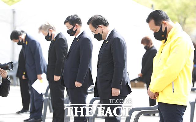이재명 경기도지사(왼쪽에서 두 번째)와 주호영 국민의힘 대표 권한대행(왼쪽에서 네 번째)등 주요 참석자들이 묵념을 하고 있다.