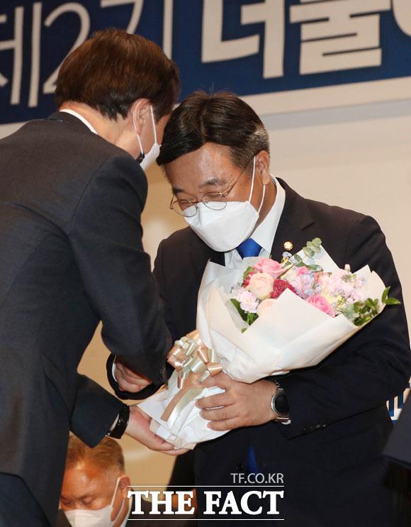 도종환 비상대책위원장에게 축하 받는 윤호중 신임 원내대표.