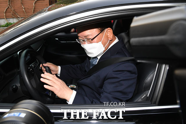 취재진의 요청에 손 들어 인사해준 김부겸 총리 후보.