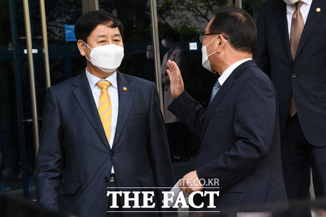 구윤철 실장과 대화하는 김부겸 총리 후보.