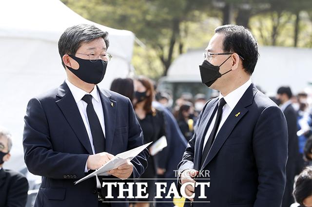 전해철 행정안전부 장관(왼쪽)이 주호영 국민의힘 대표 권한대행.