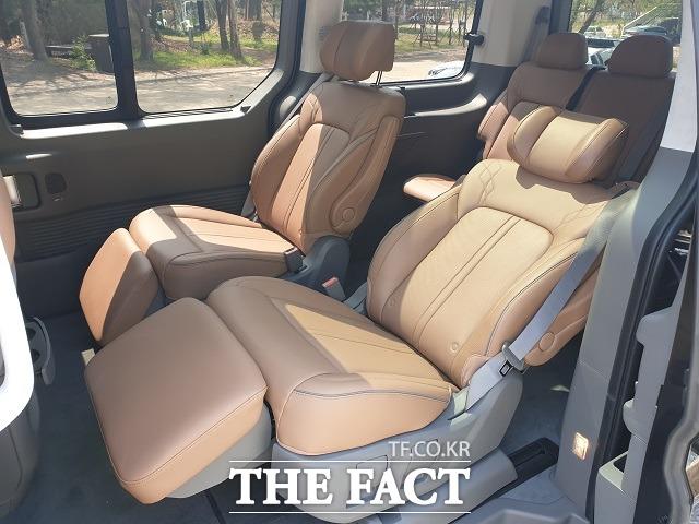 스타리아 라운지 7인승 모델 2열에는 눕는 자세가 가능한 프리미엄 릴렉션 시트가 적용됐다. /서재근 기자
