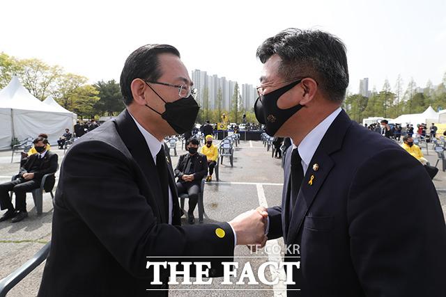 주호영 국민의힘 대표 권한대행(왼쪽)과 윤호중 더불어민주당 신임 원내대표.