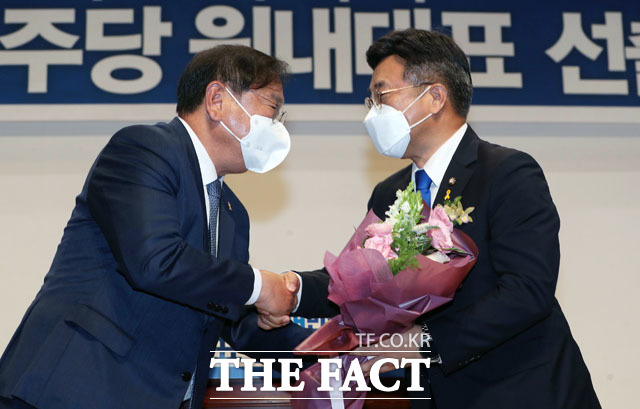 1기 원내대표를 맡았던 김태년 의원(왼쪽)에게 축하받는 윤호중 의원.