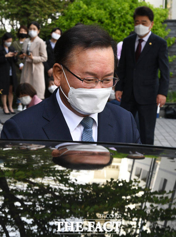 승차하며 미소짓는 김부겸 총리 후보.