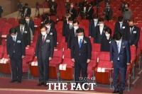 세월호 7주기, 묵념하는 민주당 [포토]