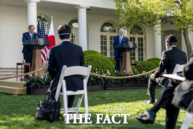 조 바이든 미국 대통령(오른쪽)과 스가 요시히데 일본 총리는 16일(현지 시간) 미 백악관에서 정상회담 후 기자회견에서 중국과 북한 문제에 있어서 협력하기로 했다고 발표했다. /AP.뉴시스