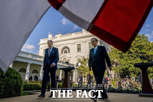 바이든 미국 대통령과 스가 총리가 기자회견 후 이동하는 모습. /AP.뉴시스