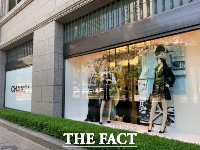 코로나19 여파에도 3대 명품의 실적이 크게 개선된 것으로 집계됐다. 사진은 서울 시내 한 백화점의 샤넬 매장 외관 모습. /한예주 기자
