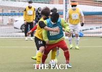 '소리로 차는 마음의 슛!'...그들의 축구 열정은 막을 수 없다[TF포토기획]