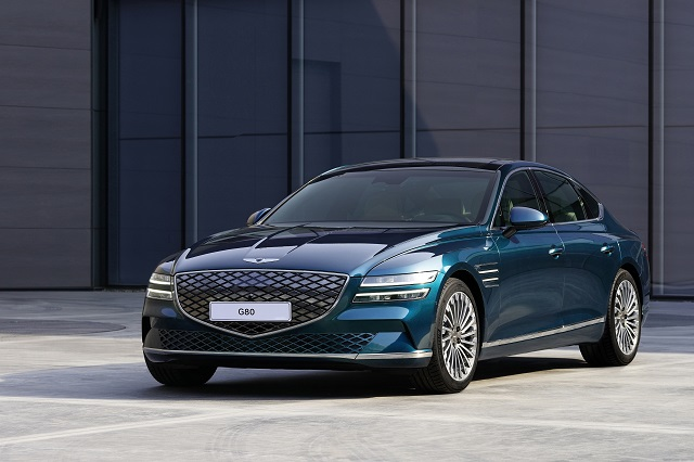 제네시스가 19일(현지시각) 상하이 컨벤션 센터에서 열린 2021 상하이 국제모터쇼에서 브랜드 첫 전기차 G80 전동화 모델을 세계 최초로 공개했다. /제네시스 제공