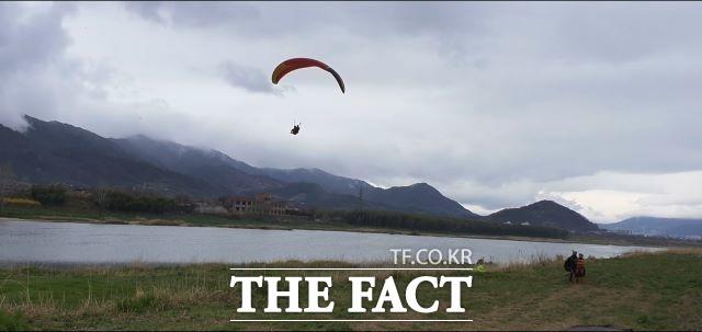 구례군 섬진강내 고수부지 상수보호구역 인근으로 한 패러글라이더가 착륙을 시도하고있다. 이 착륙장은 점용허가를 받지않았을 뿐 아니라 상수보호구역이어서 불법영업을 한다는 지적을 받고 있다. /구례=유홍철기자