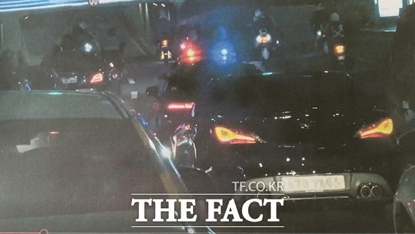 대구 북부경찰서 교통안전계는 심야 도심 도로에서 모든 차선을 가로막으며 오토바이를 운행한 10~20대 4명을 현장에서 검거했다./대구 북부경찰서 제공