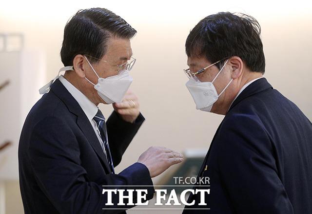 은성수 금융위원장(왼쪽)과 안일환 청와대 경제수석이 긴밀한 대화를 나누고 있다.