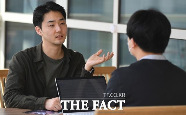 신상원 이사는 웹툰 작가 출신으로 대학 시절 구상했던 작품을 카카오페이지에 연재해 좋은 반응을 얻었다. 신 이사가 서울 성동구 성수동 사무실에서 기자와 인터뷰를 하고 있다. /이새롬 기자