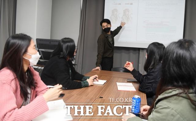 더앤트는 웹툰을 제작하는 회사이지만 종합 콘텐츠 회사를 지향하고 있다. 신상원 이사가 서울 성동구 성수동 사무실에서 팀원들과 회의를 하고 있다. /이새롬 기자