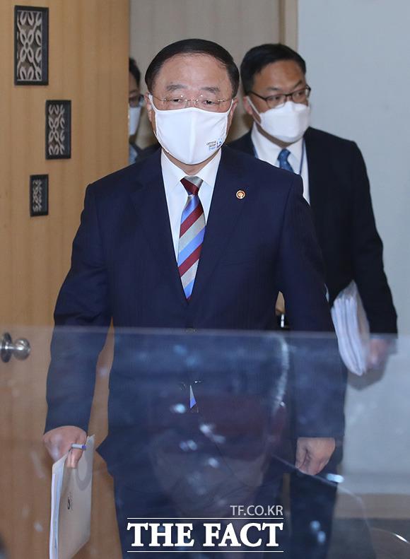 홍남기 경제부총리 겸 기획재정부 장관이 부동산시장 관계장관회의에 참석하고 있다.