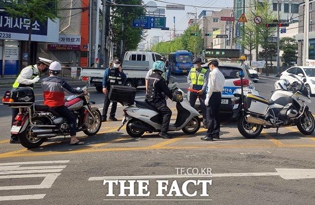 포항북부경찰서는 21일 이륜차 불법행위 근절을 위한 특별단속을 실시했다./포항북부경찰서 제공