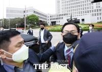 김명수 사퇴하라! 경찰과 충돌한 주호영 [TF사진관]