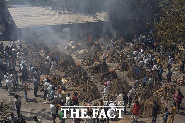 지난 24일(현지시간) 인도 뉴델리의 한 임시 노천 화장터에서 코로나19로 숨진 사람들의 화장이 진행되고 있다. /뉴델리=AP.뉴시스