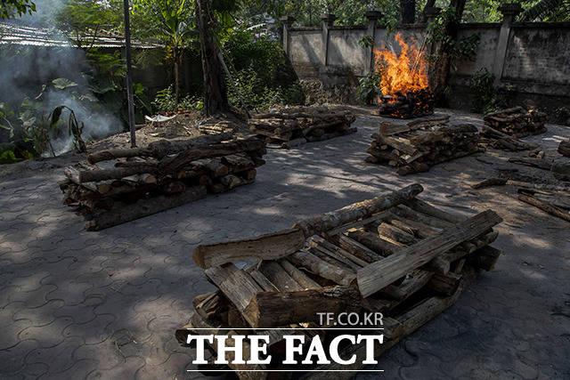 28일(현지시간) 인도 가우하티에서 코로나19로 숨진 사람의 시신이 화장되고 있다. /가우하티=AP.뉴시스