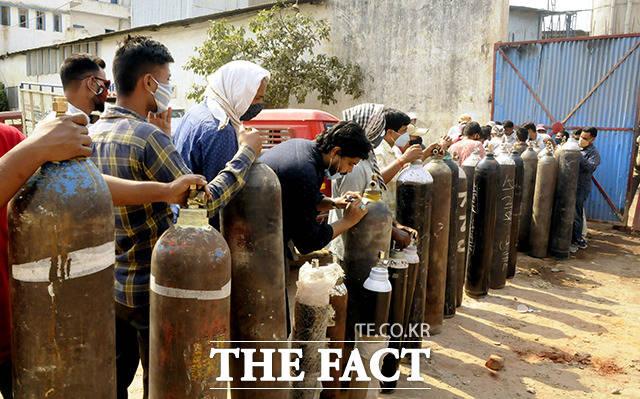 27일(현지시간) 인도 파트나에서 시민들이 빈 산소통에 산소를 채우기 위해 줄 서 있다. /파트나=신화.뉴시스