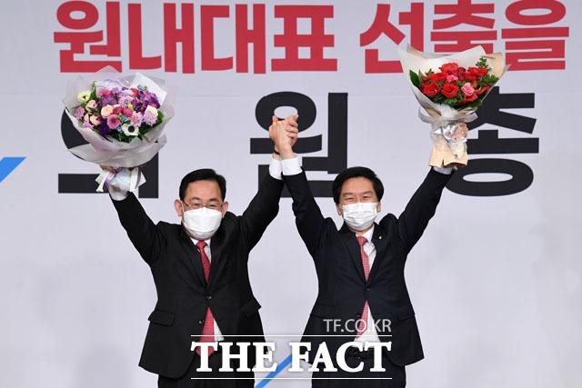 국민의힘 주호영 전 원내대표와 기념촬영하는 김기현 신임 원내대표(오른쪽). /남윤호 기자